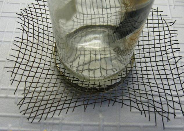 Для крепления сетки можно использовать простую латунь или жесть, которой заранее была создана форма ПТФ.
