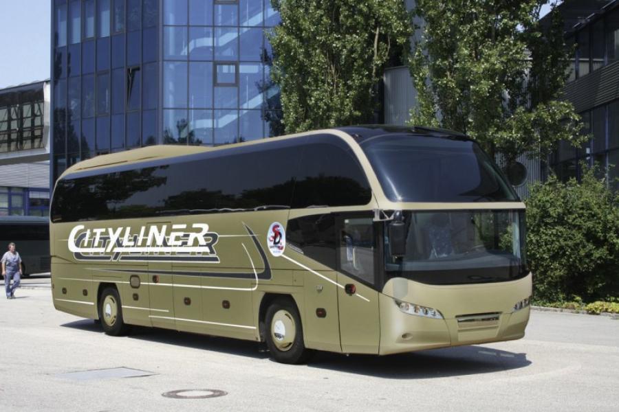 Серебристый автобус, MAN Neoplan Cityliner.