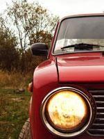 Красный ВАЗ 2102, вид спереди, правый включенный габарит