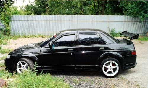 Черный ВАЗ 2110, вид сбоку