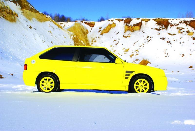 Желтый ВАЗ 2108, вид сбоку