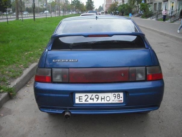 Синий ВАЗ 2112 вид сзади