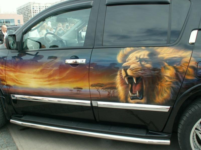 Красивый лев сбоку на авто