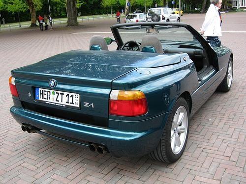 Зеленый кабриолет BMW Z1 вид сзади