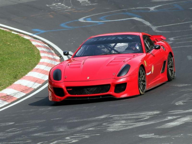 Красный Феррари 599хх на треке
