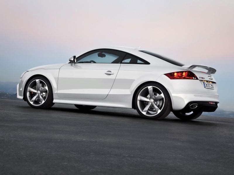 Белый Audi TT RS Coupe, вид сбоку