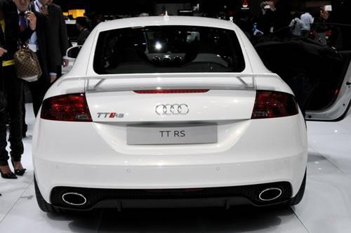 Белый Audi TT RS Coupe вид сзади