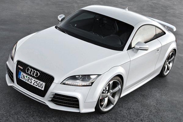 Белый Audi TT RS Coupe вид спереди