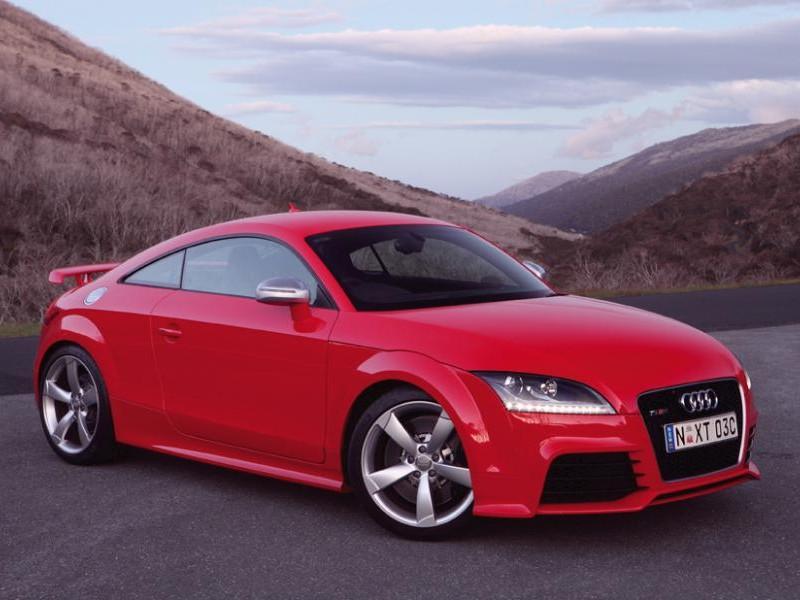 Красный Audi TT RS Coupe вид сбоку