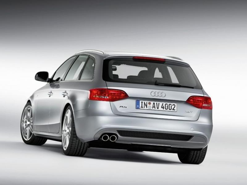 Серебристый Audi A4 Avant вид сзади