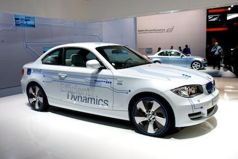 Белый купе BMW ActivE вид сбоку