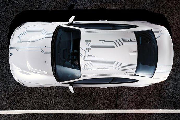 Белый BMW ActivE вид сверху