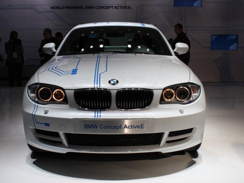 Белый BMW ActiveE вид спереди