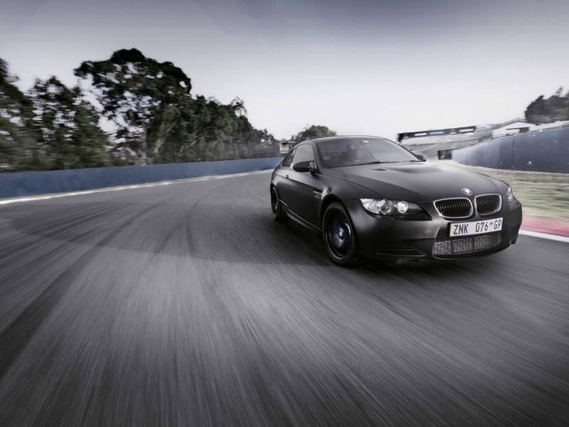 Черный BMW M3 на трассе