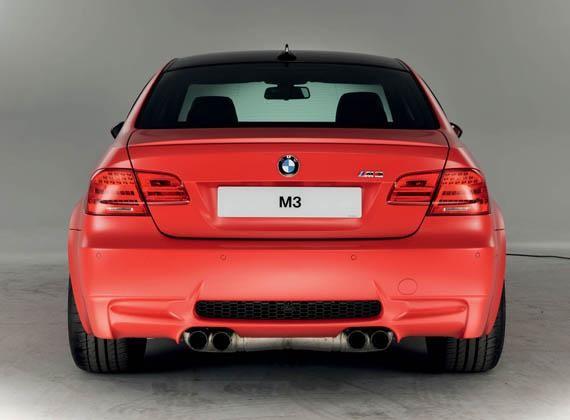 Красный BMW M3 Frozen вид сзади