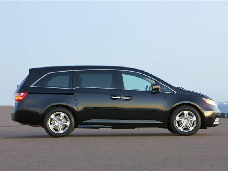 Минивэн Honda Odyssey 2013 вид сбоку
