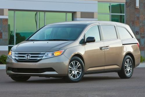Серебристый минивэн Honda Odyssey 2013