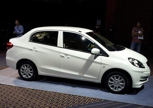 Белый Honda Brio Amaze 2013