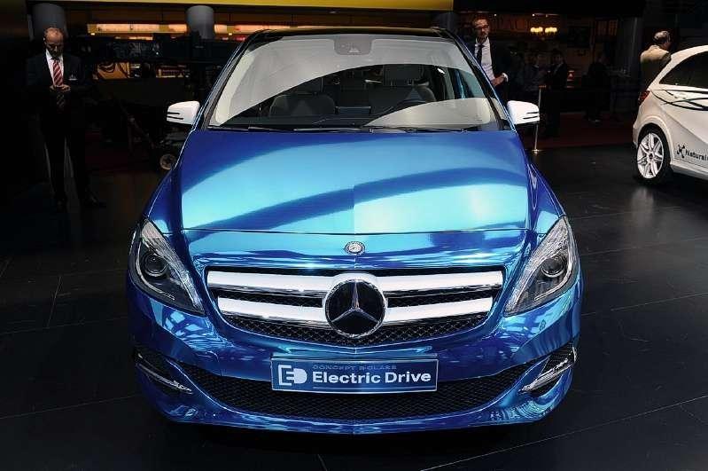 Синий Mercedes B-Class Electric Drive, вид спереди