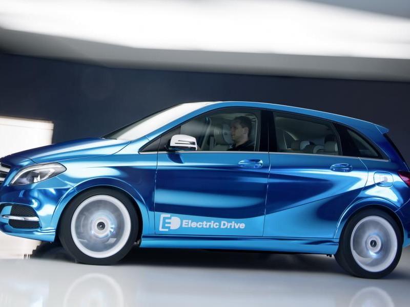 Синий динамичный Mercedes B-Class Electric Drive