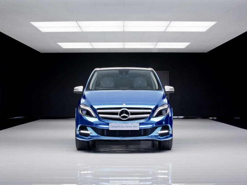 Синий хэтбчек Mercedes B-Class Electric Drive, вид спереди