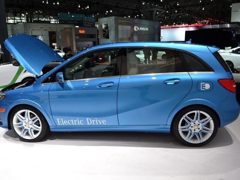 Синий практичный Mercedes B-Class Electric Drive, вид сбоку