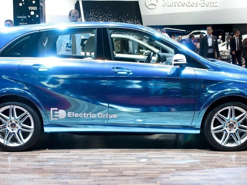 Синий Mercedes B-Class Electric Drive, вид сбоку