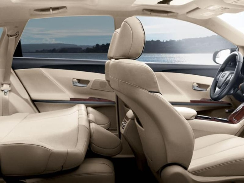 Бежевый кожаный салон Toyota Venza 2013