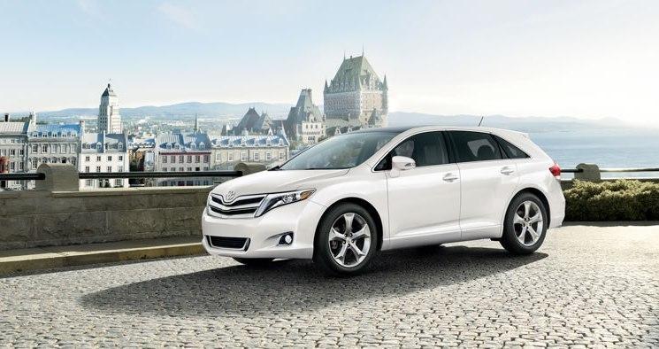 Новый белый кроссовер Toyota Venza 2013