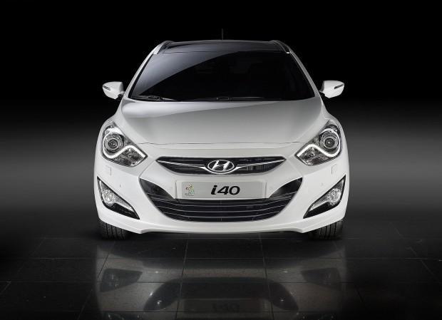 Белый Hyundai i40, вид спереди