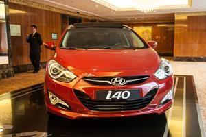 Красный Hyundai i40, вид спереди