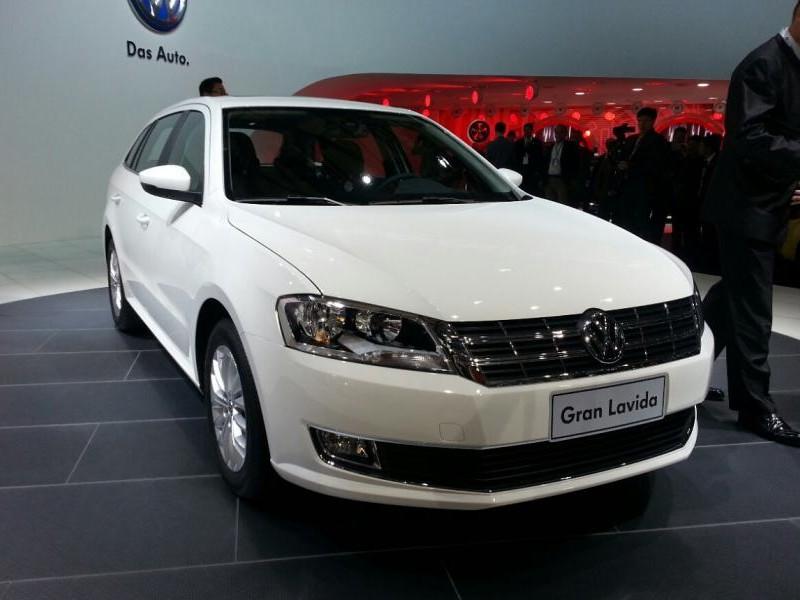 Белый универсал Volkswagen Gran Lavida вид спереди