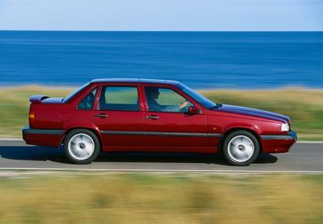 Красный седан Volvo 850, вид сбоку