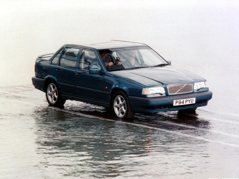 Синий Volvo 850