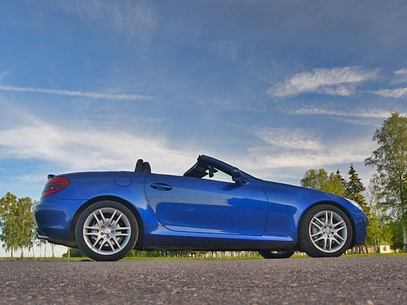 Синий Mercedes SLK, вид сбоку
