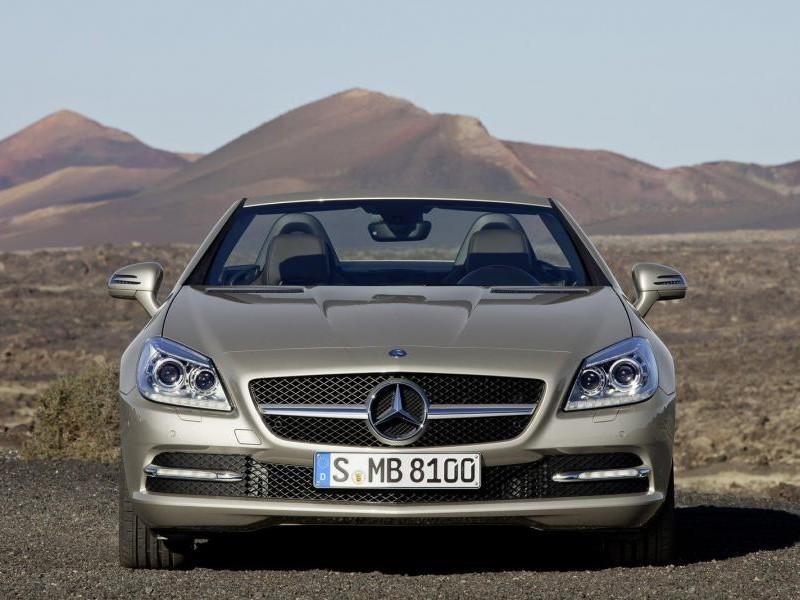 Серебристый родстер Mercedes SLK, вид спереди