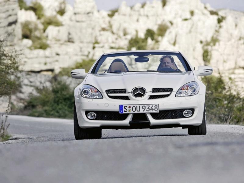 Белый родстер Mercedes SLK, вид спереди