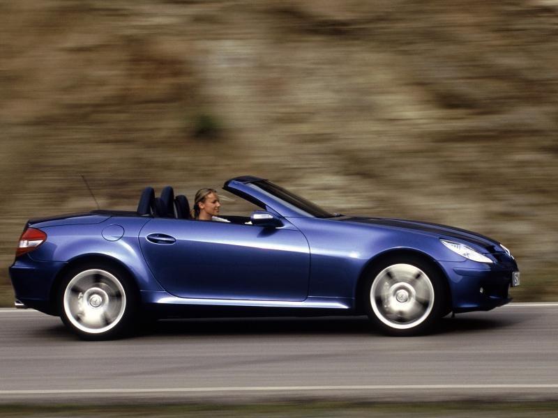 Синий Mercedes SLK на трассе, вид сбоку