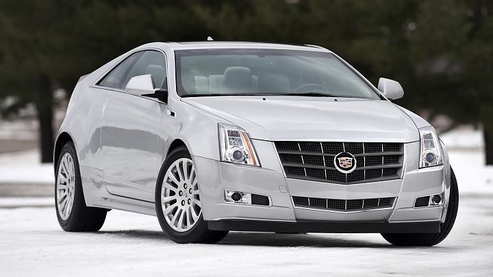 Серебристый Cadillac CTS Coupe, вид спереди