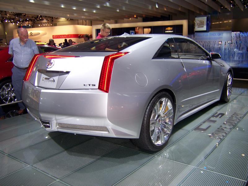 Серебристый Cadillac CTS Coupe вид сзади