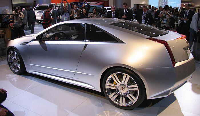 Серебристый Cadillac CTS Coupe, вид сбоку