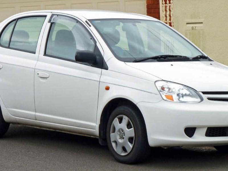 Белый седан Toyota Echo