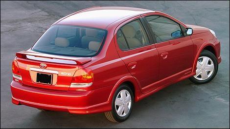 Красный практичный седан Toyota Echo