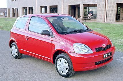 Красный хэтчбек Toyota Echo