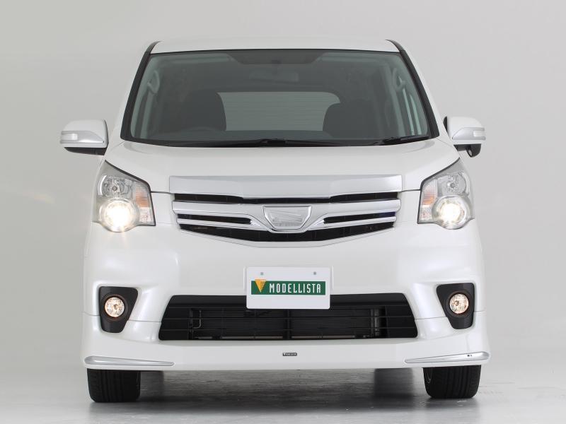 Белый минивэн Toyota Noah, вид спереди