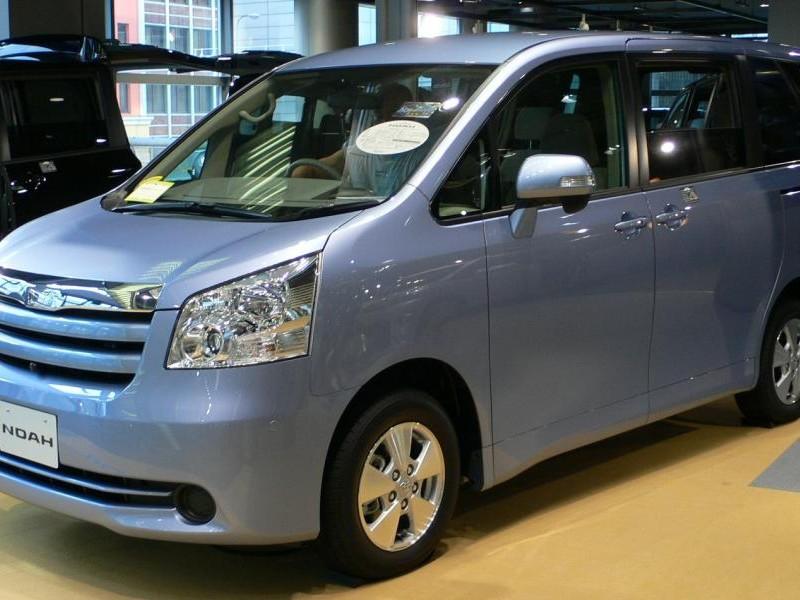 Комфортабельный минивэн Toyota Noah