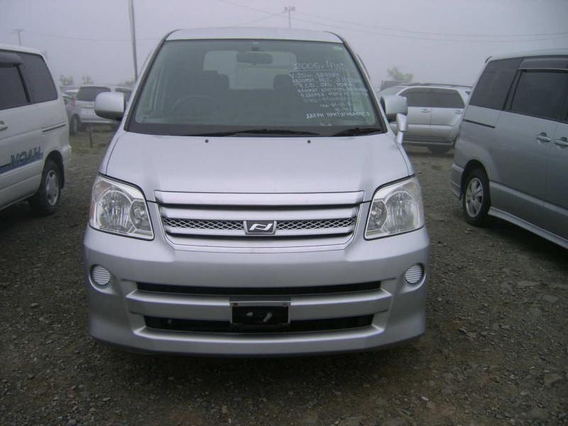 Минивэн Toyota Noah, вид спереди