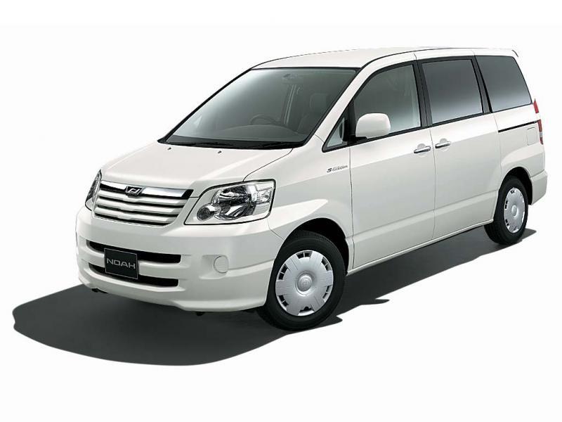 Белый минивэн Toyota Noah