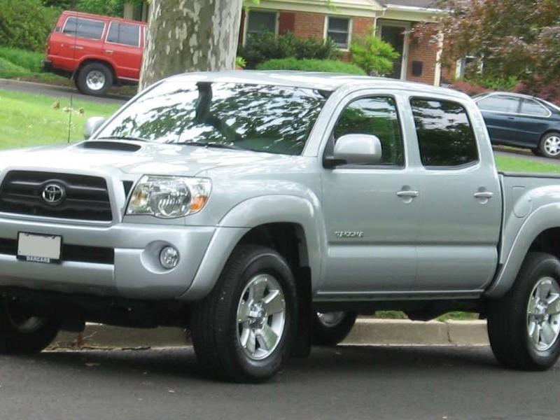 Серебристый пикап Toyota Tacoma
