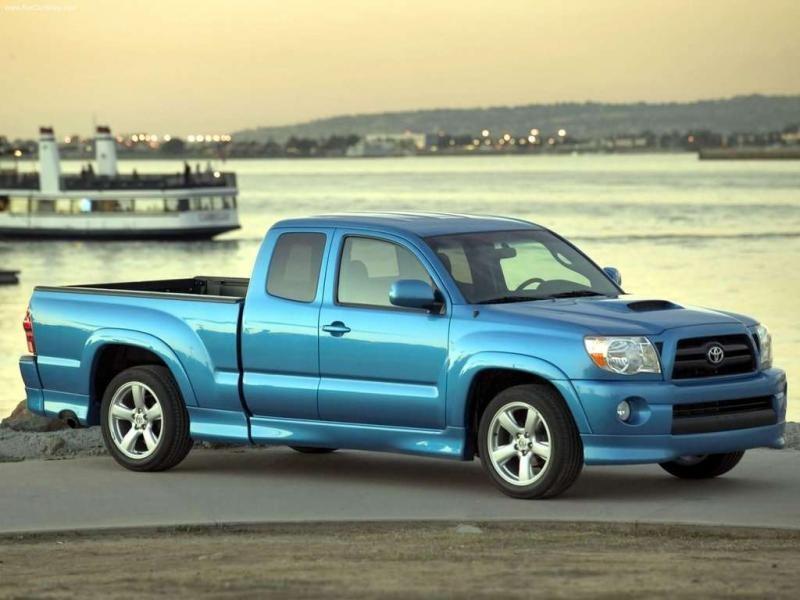 Синий пикап Toyota Tacoma, вид сбоку
